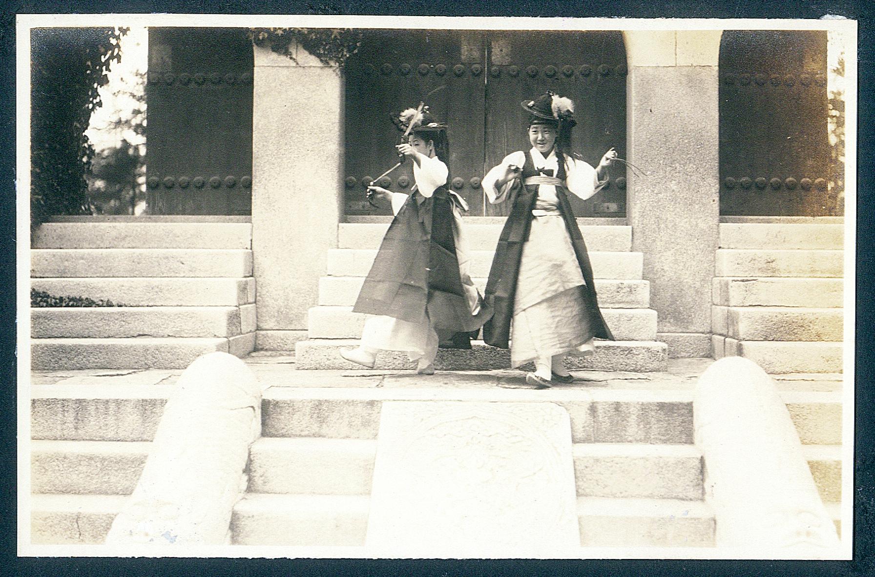 http://archive.museum.seoul.kr:8090/ARCHIVE_DATA/master/1011/A000000247/1815bd55-50af-46ef-adf7-db5f5fe803e0.jpg